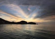 Cerro Azul för landskapsolnedgånghav strand Peru Royaltyfri Fotografi