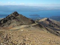 Cerro Catedral, bandiera sulla vetta e sul cielo blu Fotografia Stock Libera da Diritti