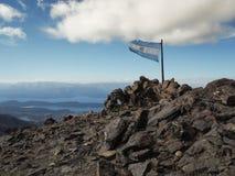 Cerro Catedral, bandiera sulla vetta e sul cielo blu Immagini Stock Libere da Diritti