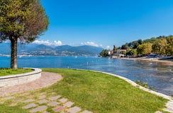 Cerro, jest ułamek Laveno Mombello na brzeg Jeziorny Maggiore zdjęcia stock