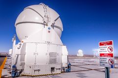 CERRO PARANAL, ATACAMA-ÖKEN, CHILE - JANUARI 15 2010: VLTEN, mycket stort teleskopkomplex på den sydliga europén Arkivfoto