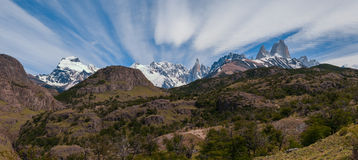 Cerro Torre et Fitz Roy de la route de trekking se dirigeant au camp de base Photographie stock