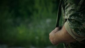 Certaine promenade de militaire sur la route arénacée banque de vidéos