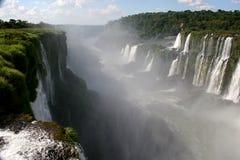 Certaines des cascades à écriture ligne par ligne d'Iguacu Images libres de droits