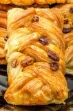 Certaines pâtisseries remplies par le miel réduisent en sirop et ont arrosé par des noix de pécan photographie stock