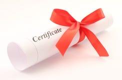 Certificaat dat met boog wordt gerold stock afbeelding