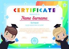 certificaat met gelukkige gediplomeerden, meisje en jongen in graduatiekleding en hoeden royalty-vrije illustratie