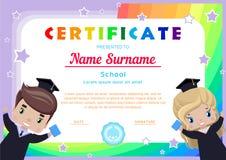 certificaat met gelukkige gediplomeerden, meisje en jongen in graduatiekleding en hoeden stock illustratie