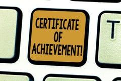 Certificado conceptual da exibição da escrita da mão da realização Apresentar da foto do negócio certifica que uma demonstração f imagem de stock