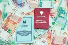 Certificado da pensão, caderneta bancária e dinheiro do russo Foto de Stock