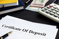 Certificado de depósito bancário e pena no escritório imagens de stock