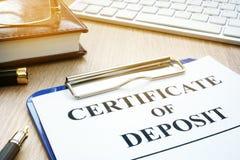 Certificado de depósito bancário em uma mesa imagem de stock royalty free