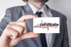 certificado Hombre de negocios en traje con una demostración del lazo negro u HOL Imágenes de archivo libres de regalías