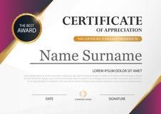 Certificado horizontal de la elegancia púrpura con el ejemplo del vector, plantilla blanca del certificado del marco con el model Fotografía de archivo
