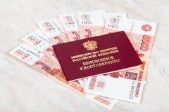 Certificado y dinero rusos de la pensi?n Fotos de archivo libres de regalías