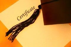 Certificat et capuchon de graduation Photographie stock