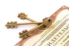 Certificate of real estate and  of keys Royalty Free Stock Photos