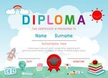 Certificatenkleuterschool en elementair, Peuter het certificaat van het Achtergrond jonge geitjesdiploma ontwerpmalplaatje vector illustratie
