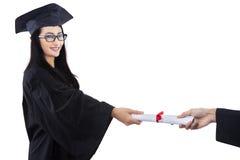 Certificato dato laureato attraente - isolato Fotografia Stock Libera da Diritti