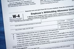 Certificato di trattenimento dell'indennità degli impiegati della forma W-4 immagini stock
