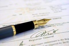 Certificato di unione e penna di fontana Immagine Stock
