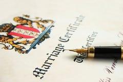 Certificato di unione e penna di fontana Fotografia Stock