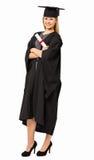Certifikat för studentIn Graduation Gown innehav royaltyfri foto