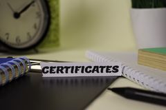 Certifikat på papperet som isoleras på det skrivbord Aff?rs- och inspirationbegrepp royaltyfri bild