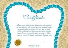 Certifikatet eller diplomet för en tand- klinik med en akvamarin färgade bandet i formen av en tand på en bakgrund av guld- spark Arkivfoton