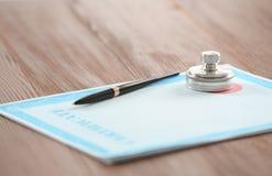 Certifique la forma, el sello del notario y la pluma imágenes de archivo libres de regalías
