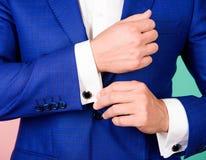 Certifique-se do equipamento e do olhar da aparência perfeitos O detalhe faz o equipamento elegante Forma masculina Aperfeiçoe ao fotografia de stock royalty free