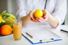 Certos frutos tais como maçãs, quivis, limões e bagas na tabela do nutricionista Imagens de Stock Royalty Free