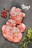 Cerveau cru de porc, grain de poivre rouge, sel brut et thym sur l'ardoise photographie stock