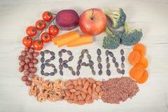 Cerveau d'inscription et nourriture saine pour la puissance et la bonne mémoire, minerais naturels contenants de consommation nut image libre de droits