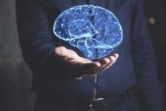 Cerveau de main d'homme dans l'écran photographie stock libre de droits