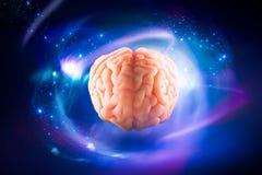 Cerveau flottant sur un fond/concept bleus de pensées Photographie stock