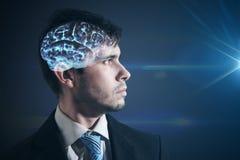 Cerveau rougeoyant à l'intérieur de la tête de l'homme L'homme d'affaires regarde dans la lumière photographie stock