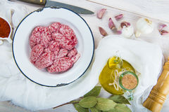Cerveaux et ingrédients d'agneau pour les faire cuire photographie stock libre de droits