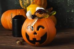 Cerveaux terribles de bonbons pour Halloween en potiron décoratif dessus photographie stock