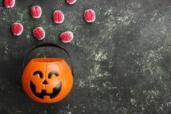 Cerveaux terribles de bonbons pour Halloween en potiron décoratif dessus photos stock