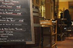 Cervecería en París por noche Fotografía de archivo