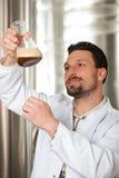 Cervecero de la cerveza en su cervecería que examina fotografía de archivo libre de regalías