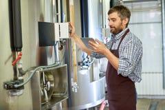 Cervecero de mediana edad Focused en trabajo fotografía de archivo libre de regalías
