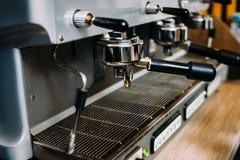 Cervecero del equipo de la barra del restaurante de la máquina del café Fotos de archivo