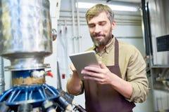 Cervecero hermoso con la tableta de Digitaces imagenes de archivo