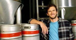 Cervecero que se coloca en la cervecería 4k almacen de metraje de vídeo