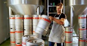 Cervecero que sostiene el tambor 4k metrajes