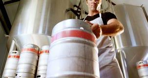 Cervecero que sostiene el tambor 4k almacen de video