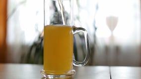 A cerveja é derramada à caneca meio vazia na tabela vídeos de arquivo