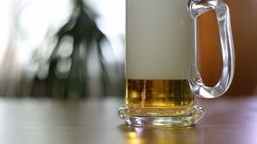 A cerveja é derramada à caneca meio vazia na tabela filme
